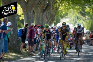 Le Tour de France passe à Cestayrols devant la terrasse du restaurant de Bernard Gisquet Lou Cantoun